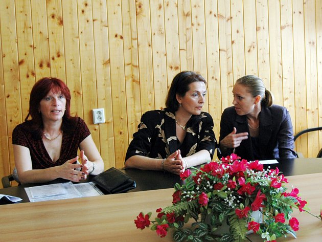 Semináře Dítě v krizi se zúčastnili i odborníci na dětskou kriminalitu z Francie spolu s Ghislaine Vale (vlevo vedle tlumočnice), která působí v oblasti bezpečnosti na ministerstvu vnitra.