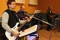 O pohodovou atmosféru se na koštu slivovic postaralo hudební trio Frekvence.