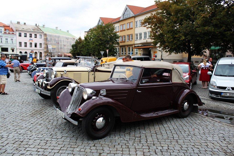Od sobotních ranních hodin se sjížděli na Masarykovo náměstí majitelé historických vozidel z Česka i ze zahraničí.