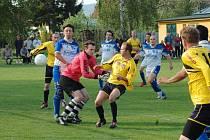 Stará pravda, že derby nemá favorita, se potvrdila v duelu Sušice - Traplice. Domácí (ve žlutém) sice nastupovali do utkání v roli favorita, nakonec ale byli rádi za remízu 2:2, když dvakrát dotahovali náskok soupeře.