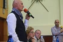 V kulturním domě v Podolí na veřejném setkání debatovali tamější obyvatelé s novým starostou obce Jaromírem Hastíkem, odvolanou starostkou Janou Rýpalovou a hosty pod vedením senátora Ivo Valenty.