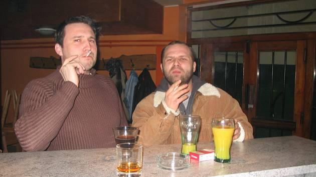 Provozovatel restaurace je povinen označít prostor pro kuřáky. Dvojice na snímku se své kuřácké vášni oddává u barového pultu. Ten bývá většinou k dispozici právě kuřákům.