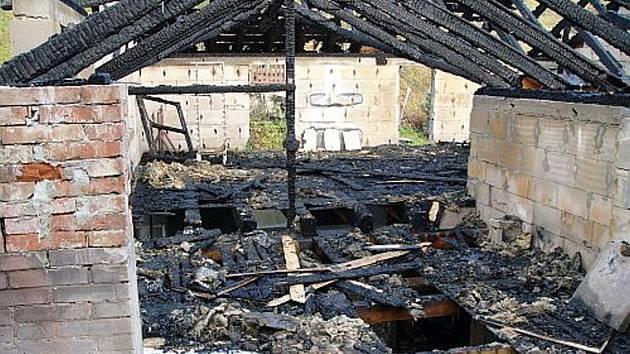 Požár zničil značnou část střešních konstrukcí nad budovami.