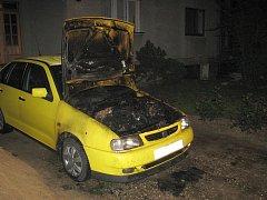 V Hluku došlo k požáru dvou zaparkovaných osobních aut