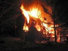 Požár chaty mezi obcemi Lopeník a Vyškovec.