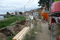 Práce na výstavbě protipovodňových bariér jsou v plném proudu. Některým lidem ale vadí nadměrná prašnost u některých staveb.