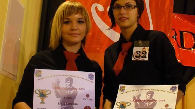 Lenka Savarová (vlevo) a Nikola Hlavicová po skončení soutěže zapózovaly.