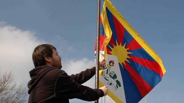 Tibetskou vlajku vztyčil na střeše hradišťského kina Hvězda ředitel Městských kin Uherské Hradiště Josef Korvas.