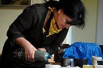 Keramička Lýdia Ivaňová ukázala, jak se vyrábějí keramické odlitky.