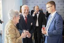 Etnograf Josef Jančář (druhý zleva) s hejtmanem Zlínského kraje Radimem Holišem.