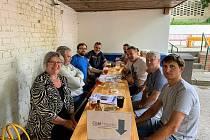 Petici za čistou teplárnu v Hradišti podepsalo více než 3000 lidí. Podepisovalo se i na zahrádce restaurace Koruna.
