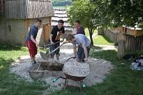 Studenti 3. ročníku Stojanova gymnázia přiložili ruce k dílu ve skanzenu i v biocentru Modrá.