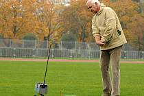 Unikátní pomůcka s názvem Golf Mobile Boomerang, to je dílo pětašedesátiletého Zdeňka Přibyla z Uherského Hradiště (na snímku).