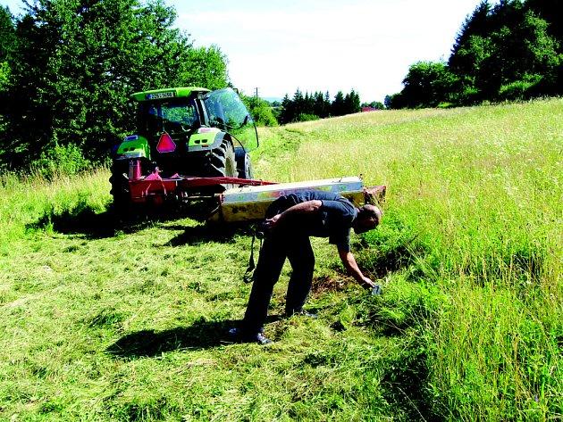 Traktor, který na louce sekal trávu, přejel sekačkou i nohy spícího muže.