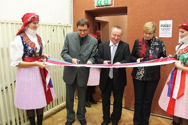 O slavnostní přestřižení pásky při vstupu do rekonstruované sportovní haly se postaral senátorka Hana Doupovcová, starosta Krušina a P. Rudolf Chmelař (první zleva).