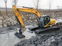 Povodí Moravy i letos pokračuje v úpravách, které mají za cíl udržet vodní cestu v dobrém stavu. Plavební a závlahový kanál se momentálně upravuje mezi plavebními komorami v Huštěnovicích a Babicích u Uherského Hradiště.