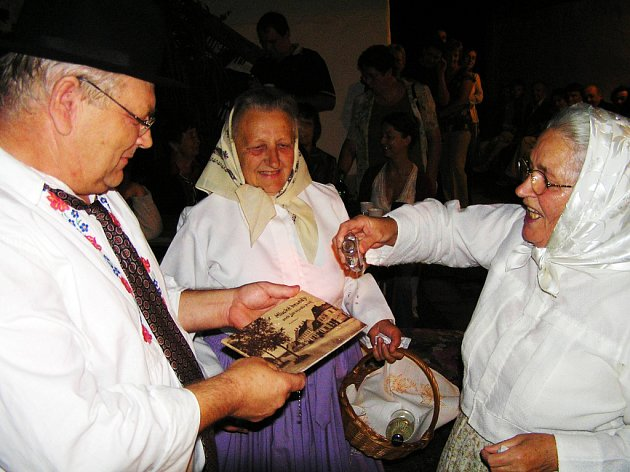 Novou knihu Marie Plačkové tetičky pokřtily slivovicí.