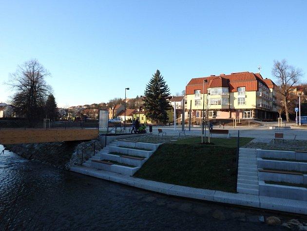 Náměstí vzniklo mezi bojkovickým městským úřadem a domem s pečovatelskou službou.