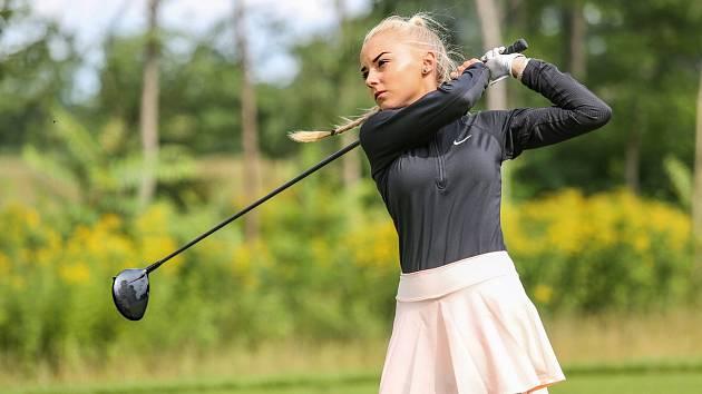 Blonďatá kráska Karolína Nováková z Uherského Hradiště  se uchází o přízeň v soutěži Miss Golf . Foto: archiv Karolíny Novákové a www.missgolf.cz