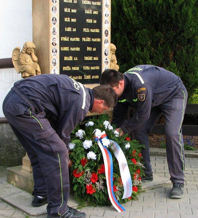 .. Hasiči a zástupci obce položili u památníku obětem I. světové války věnec
