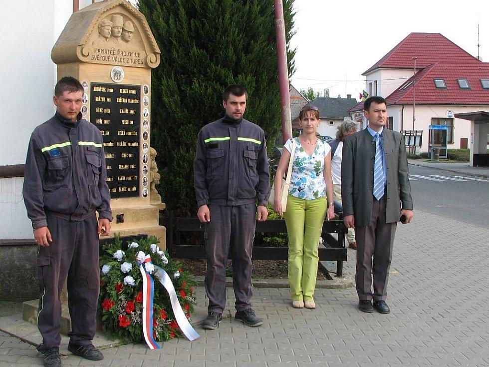 Hasiči a zástupci obce položili u památníku obětem I. světové války věnec.