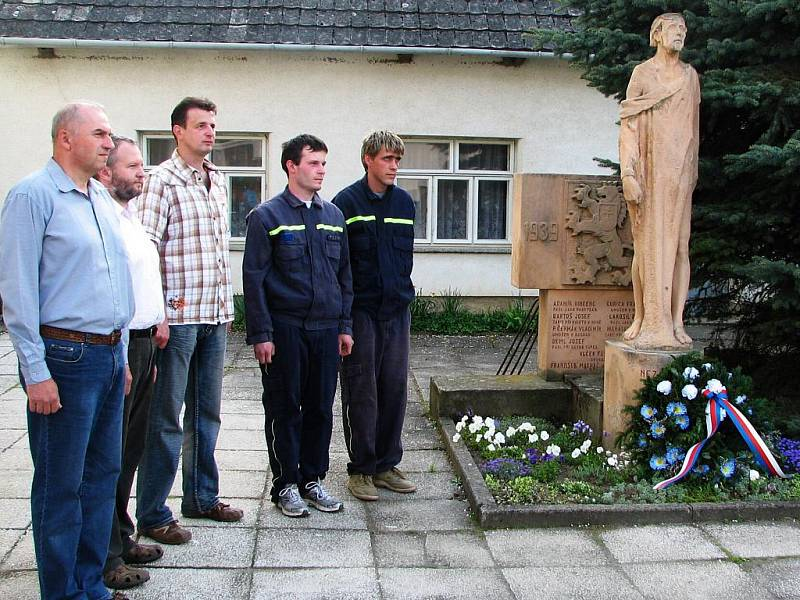 Také u památníku obětem II. světové války se konal pietní akt.