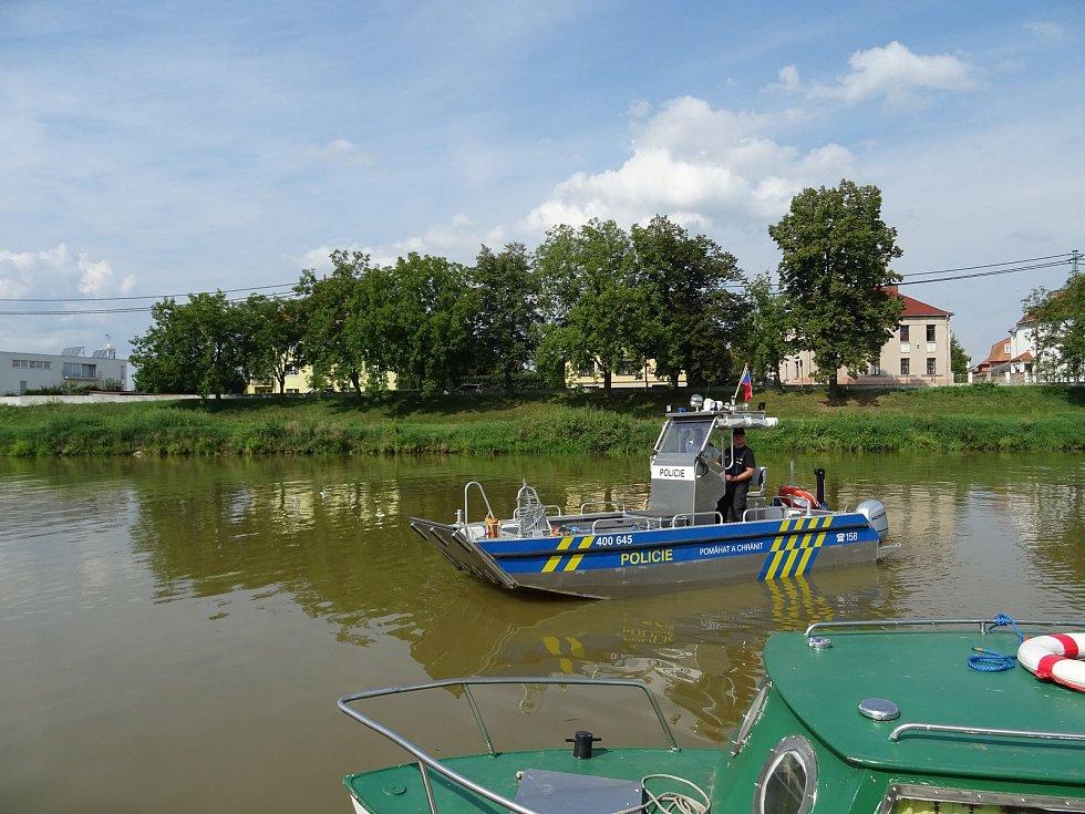 Policisté vyjeli na řeku.