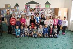 Třída 1.D ve staroměstské základní škole vedená třídní učitelkou Janou Hlaučovou.