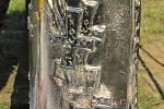 Umělecky ztvárněná kovová schránka o délce 30 centimetrů a průměru 15. centimetrů má podobu slzy a je ozdobena jak reliéfem podpisu sv. Jana Pavla II., tak i replikami velkomoravského kříže nalezeného při vykopávkách ve Starém Městě. Uzávěr zdobí papežský