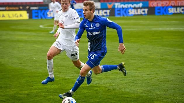 Záložník Marek Polášek (v bílém dresu) nastoupil za Slovácko v Olomouci poprvé od začátku.