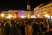Marta Kubišová, Karel Kryl i zásah Veřejné bezpečnosti proti demonstrantům, to všechno s trikolorami na klopách a s hořícími svíčkami ve dlaních mohli spatřit účastníci happeningu v Uherském Hradišti. V neděli 17. listopadu po 17. hodině přenesli revolučn