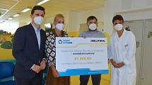 Dětské oddělení Uherskohradišťské nemocnice přivítalo ve středu 15. září zakladatelku a prezidentku Nadačního fondu Kapka naděje Vendulu Pizingerovou.