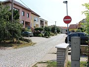 Jednosměrka v ulici Družstevní naštvala tamní obyvatele, posbírali podpisy za její otočení.