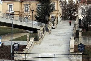 Velké schody v Uherském Brodě hlavní spojovací článek mezi historickou částí města a tamním vlakovým nádražím.