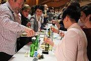 Zaplněný kulturní dům v Dolním Němčí přihlížel místnímu faráři Petru Hofírkovi při symbolickém žehnání mladého vína.