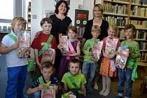 Každoroční oceňování čtenářů roku byl jeden z nápadů, které Evženie Hillerová (v černých šatech) v malé knihovně ve Starém Hrozenkově uskutečnila.