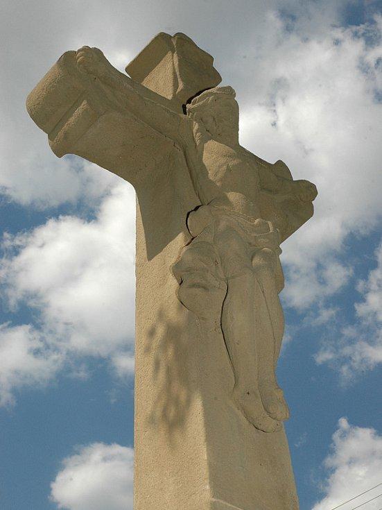 Nejstarší babický kříž je nedaleko nákupního střediska.