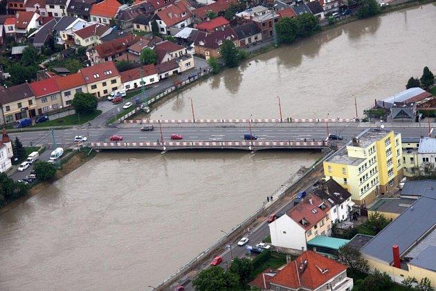 Letecký pohled na velkou vodu na Moravu v Uherském Hradišti.