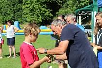 MEZI DĚTMI. Antonín Panenka malé fotbalisty nezklamal. Na Velehrad přijel už popatnácté, aby otestoval jejich fotbalové dovednosti.