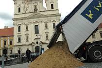 Osm obřích nákladních aut přiváželo na Masarykovo náměstí v Uherském Hradišti písek z bzenecké pískovny.