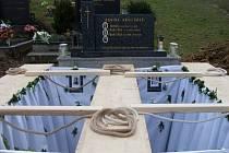 Po zádušní mši v kostele svatých Cyrila a Metoděje v Březové pohřbili v sobotu 17. listopadu odpoledne na tamním hřbitově sestry Klárku a Beatu Dulínkovy z Lopeníku.