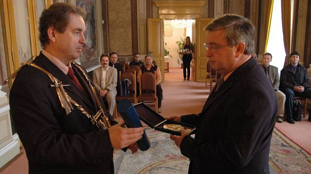 Starosta Libor Karásek ocenil rybáře za organizaci 14.mistrovství Evropy v lovu na udici.