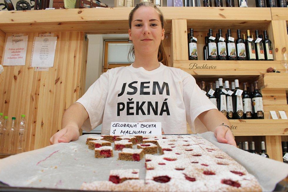 V prvním ročníku soutěže o nejlepší buchtu Slovácka se ve Slovácké tržnici utkalo na dvacet vystavovatelů. První cenu nakonec vyhrál Josef Kozumplík z Blatničky pod Svatým Antonínkem.