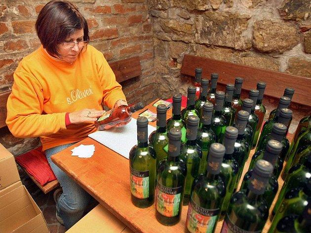 Poslední ze 700 lahví Svatomartinského vína připravovali k distribuci ve středu 10. listopadu v malém vinařství rodiny Sojákovy v Polešovicích.