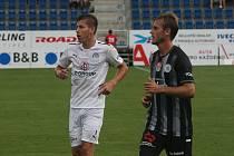 Záložník Slovácka Daniel Mareček (v bílém dresu) při zápase s Českými Budějovicemi.