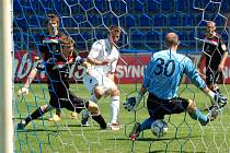 Jan Lukáš (v bílém) mohl tři minuty před koncem rozhodnout o výhře juniorky Slovácka. Tomáš Lovásik ale míči v cestě do sítě nakonec zabránil.