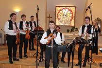 Starobylé horňácké velikonoční písně v podání cimbálové muziky Pentla zněly v sobotu kaplí Panny Marie Růžencové v Traplicích