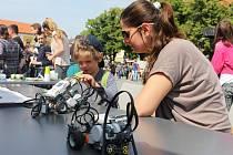 Děti v Uherském Hradišti mohly v pondělí 1. června svůj svátek oslavit na atrakcích, ale i při fyzikálních a chemických pokusech.