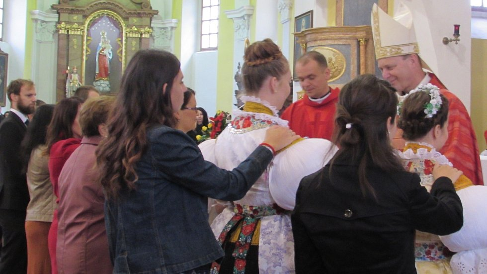 Celkem 36 katolíků přijalo v neděli 6. října ve zcela zaplněném bílovickém kostele Narození sv. Jana Křtitele svátost biřmování