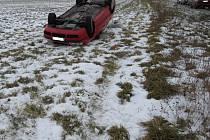 Dvě vozidla skončila během krátké doby na střeše kvůli nepřizpůsobení jízdy podmínkám na komunikacích. Nehoda z Pašovic.